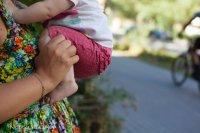 Слинг равномерно поддерживает таз ребёнка и бедра от колена до колена в  этом естественном положении, ножки от колен и сами колени не зафиксированы  тканью. 861e1b1219a