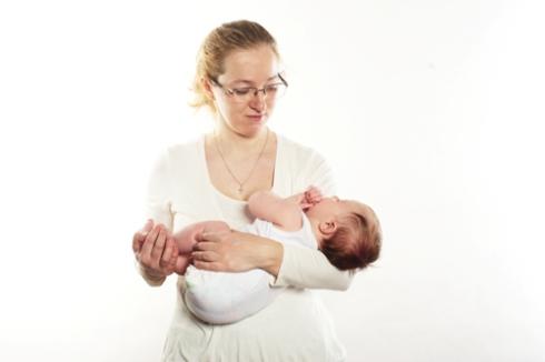 Прежде чем осваивать колыбельку, потренируйтесь держать ребенка  горизонтально одной рукой, а также перехватывать из обычной колыбельки в  обратную. 6dcc80ed2f2